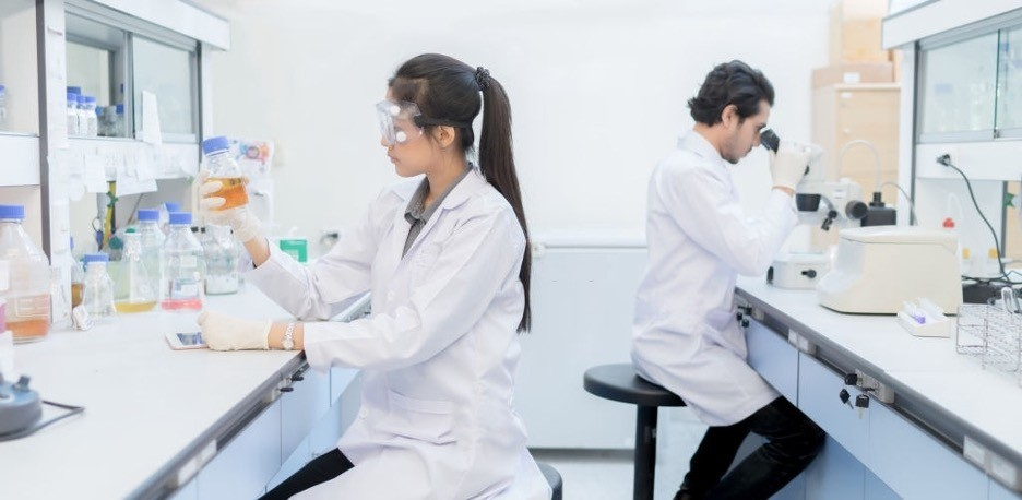 2 biotechnology lab assistants are working